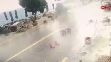 Photo of شاهد لحظة مرور اعصار على منطقة في بودروم والمرأة في الشارع