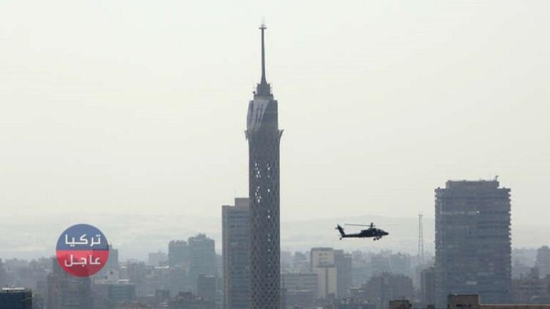 شاهد بالفيديو طالب مصري ينتحر بإلقاء نفسه من أعلى برج القاهرة