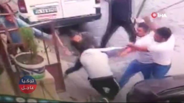 شاهد بالفيديو شجار بين جيران على موقف سيارة في إسطنبول
