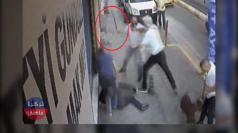 بالفيديو شجار بين سائقي تاكسي وزبون في إسطنبول .. حتى الكلاب لم تسلم