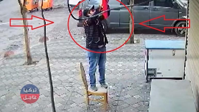 شاهد بالفيديو شخص يقدم على حرق العلم التركي وسط إسطنبول (فيديو)