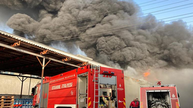 حريق كبير يلتهم مصنعاً لاعادة التدوير وينشر الرعب في إسطنبول