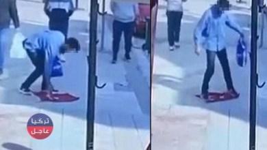 مواطن أجنبي يضع العلم التركي تحت قدميه وسط الشارع في بورصة