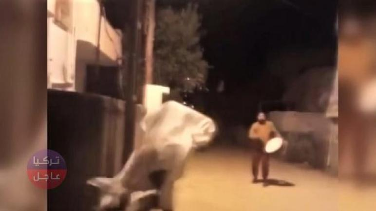 مزحة مع مسحراتي رمضان في مرعش كادت أن تودي بحيـ.اته (فيديو)