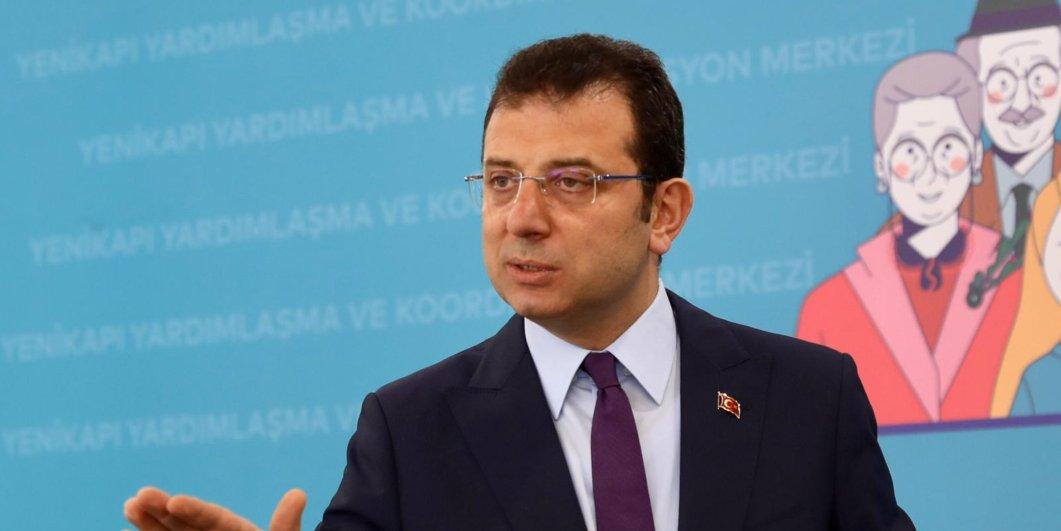 """İBB Başkanı Akram İmamoğlu bugün yaptığı açıklamada, İstanbul'da koronavirüs pandemisine ilişkin kontrolsüz bir süreç yaşandığını ve 2-3 haftalık bir tecritin şart olduğunu doğruladı. Bu, İmamoğlu'nun """"Geçen haftadan özellikle bahsediyorum, Türkiye'nin bildirilen rakamından en az 50 fazlası İstanbul'da öldü. Bu açıktı."""" İfadesinde açıklanan verilerin gerçeğini yansıtıyor. Sağlık Bakanı Fahreddin Kuja ise bugün İstanbul'da yapılan epidemiyolojik toplantıyla ilgili yaptığı açıklamada, daha sıkı önlemlerin alınma olasılığına değinerek """"Kaçınılmaz önlemleri ve yeni mücadele stratejisini tartıştık"""" dedi."""