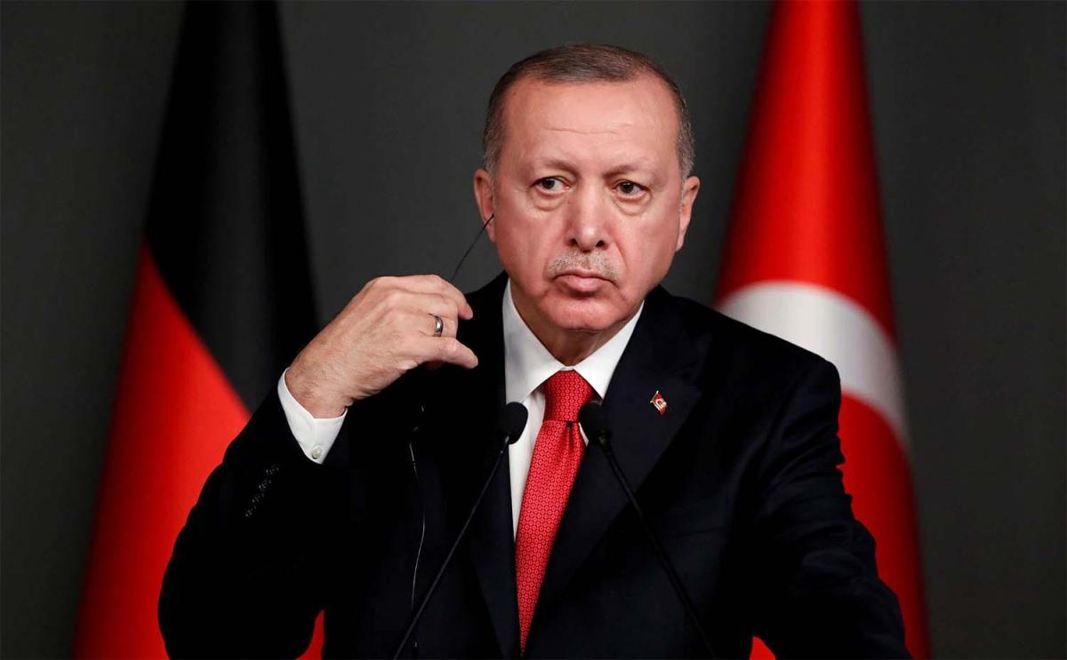 """Yurtdışında yaşayan Türk siyasi analist Turgutoğlu, """"Türkiye'nin Avrupa'ya gönderdiği imamların çoğu tehlikeli ve aşırılık yanlısı fikirleri benimsiyor ve sorunları kışkırtmak için çalışıyorlar ve bu gençlere aşırılıkçı ideoloji dikmek için yeni Müslümanları sömürmeye çalışıyorlar ve çok benzer fikirleri var. Terör örgütü IŞİD'in fikirleri ve Türk hükümetinin yardımıyla IŞİD ile savaşmak üzere Suriye ve Irak'a gitmek üzere askere alınan gençler var.Türk imamlarının büyük şehirlerin dış mahallelerinde yoğunlaşmayı hedeflediklerini, Paris'te işçi sınıfını ve fakirleri sömürdükleri Cergy ve Saint-Denis mahallelerinde, Lyon ve Marsilya şehirlerinde Türk imamlarının da Cuma namazını vaaz vermeye giderek vatandaşları cezaevlerinde toplamaya çalıştıklarını belirtti. Ve Fransız yetkililer bu konuyu fark ettiğinde; Bu şüpheli etkinlikleri izlemek için kameralar kurdular. """""""