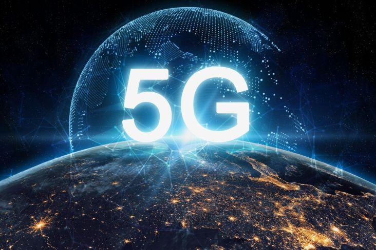 Düşük bant 5G, 4G cep telefonlarına benzer bir bant genişliği (600-700MHz) kullanır ve 4G: 30-250 Mbps'den (Mbps) biraz daha yüksek indirme hızları sunar. Düşük bantlı baz istasyonları, 4G kuleler ile aynı menzile ve kapsama alanına sahiptir. Orta menzilli bir 5G ağı, 2.5-3.7 GHz mikrodalgalar kullanır ve 100 ila 900 Mbps arasında değişen hızlara izin verir ve her hücre kulesi, bir yarıçap içinde birkaç mil hizmet sağlar. Bu hizmet seviyesi en yaygın kullanılanıdır ve 2020'de çoğu metropolde mevcut olmalıdır. Bazı bölgelerde düşük bantlar yoktur, bu da onları minimum hizmet seviyesi yapar. Yüksek bant 5G, aşağıdaki milimetre dalga aralığına yakın 25 ile 39 GHz arasındaki frekansları kullanır, ancak gelecekte daha yüksek frekanslar kullanılabilir. Tipik olarak, kablolu internete kıyasla saniye başına gigabit (gigabit / saniye) bandında indirme hızlarına ulaşır. Bununla birlikte, milimetre dalgaları (mmWave veya mmW), çok sayıda küçük hücre gerektiren daha sınırlı bir aralığa sahiptir. Duvar ve pencere gibi belirli malzeme türlerinden geçmekte güçlük çekerler. Planlar, yüksek maliyetleri nedeniyle bu hücreleri yalnızca yoğun kentsel ortamlarda ve spor stadyumları ve konferans merkezleri gibi kalabalık alanlarda konuşlandırmayı hedefliyor. Yukarıdaki hızlar, 2020'deki gerçek testlerde elde edilen hızlardır ve mevcut olduklarında hızların artması beklenmektedir.