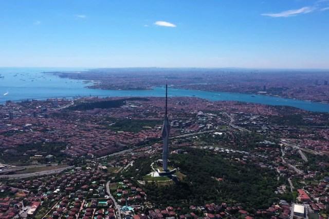 Çamlıca Kulesi, Kurban Bayramı'nda ziyaretçilerin ilgi odağı oldu.