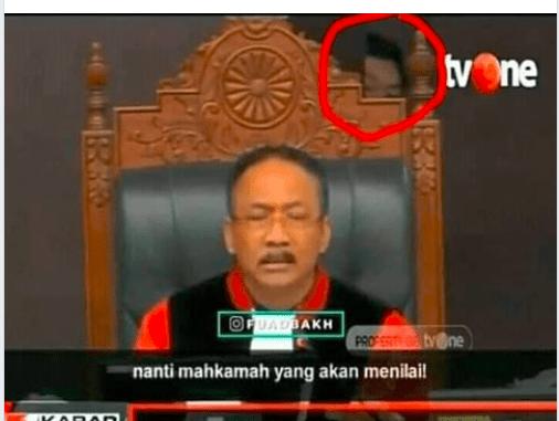 [SALAH] Ada penampakan Jin mata sipit di belakang hakim MK - Screenshot 2182 506x381 - [SALAH] Ada penampakan Jin mata sipit di belakang hakim MK