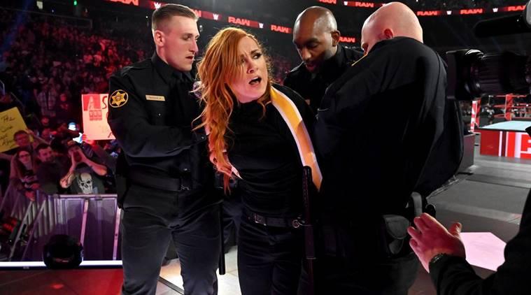 Identidades reveladas de los policías que arrestaron a Becky Lynch en Raw