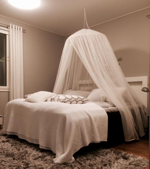 Sängyn ympärille voi ripustaa suojakankaan, joka vaimentaa langattomien verkkojen kuten kännykkämastot ja wlan, muodostamaa säteilyä.