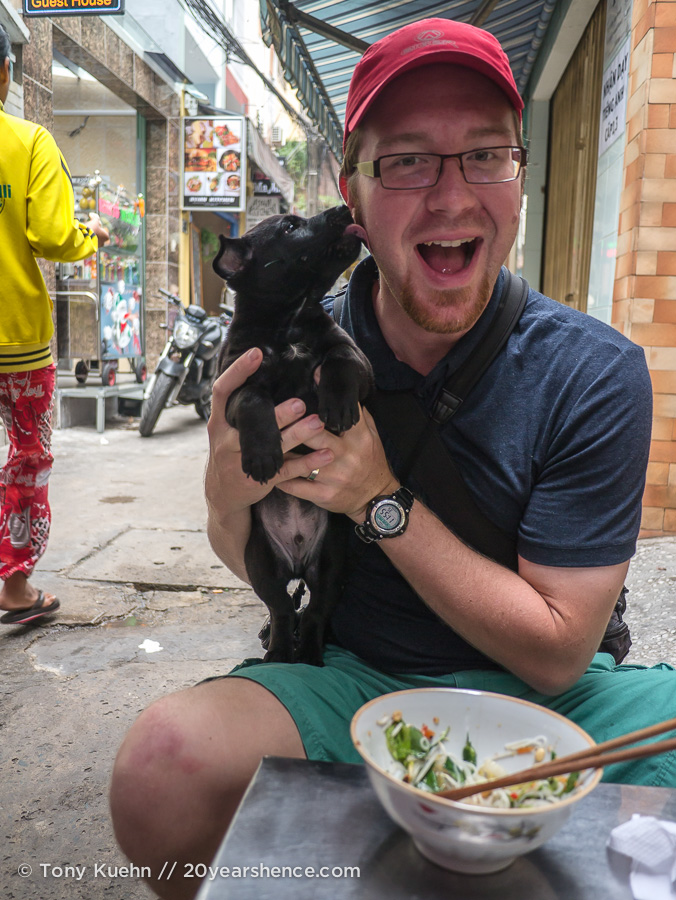 You never know who your dining companions might be when you eat on the street!