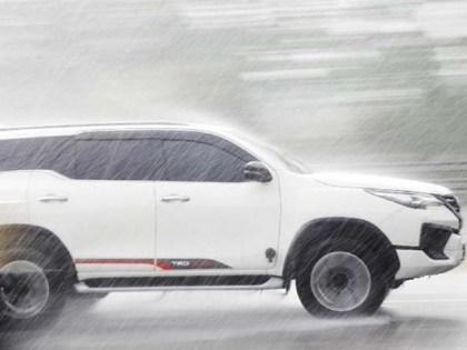 Merawat eksterior mobil pada saat musim hujan.