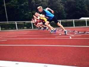 Jonas Kubelke beim Start über die 100m Sprintstrecke