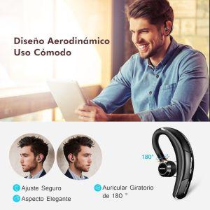 Hombre con una tablet y con un auricular
