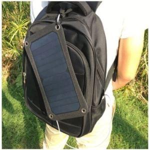 chico con mochila con Panel Solar