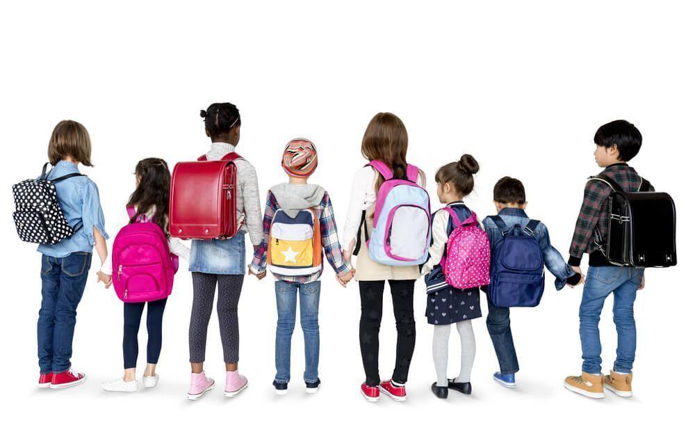 Mochilas Escolares Baratas con USB | Chicos de espaldas con mochilas escolares