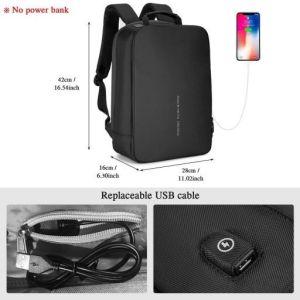 mochila negra con cable y puerto de carga usb