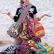 Bolsos y Mochilas Étnicas | Chica en la playa con bolso étnicos