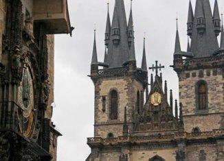 Reloj astronómico y, al fondo, las torres de Nuestra Señora de Týn