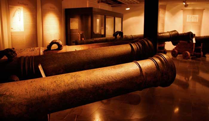 Sala del Museo de Kalmar donde se muestran algunos de los cañones del Kronan