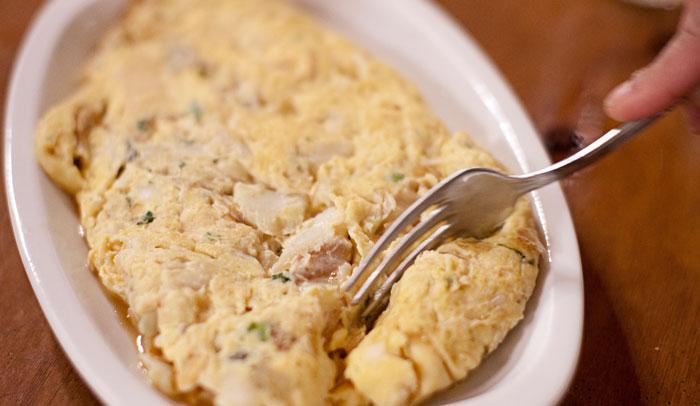 Tortilla de bacalao, uno de los platos que integran el menú de las sidrerías vascas.