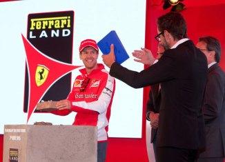 El piloto de Ferrari, Sebastian Vettel, y el presentador Santi Millán en un momento de la ceremonia.