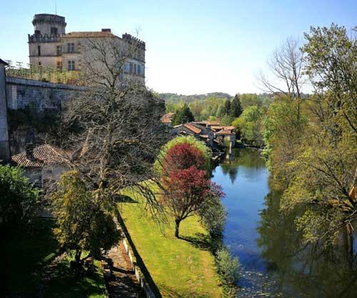 Bourdeilles cuenta con dos construcciones: un castillo y una fortaleza renacentista