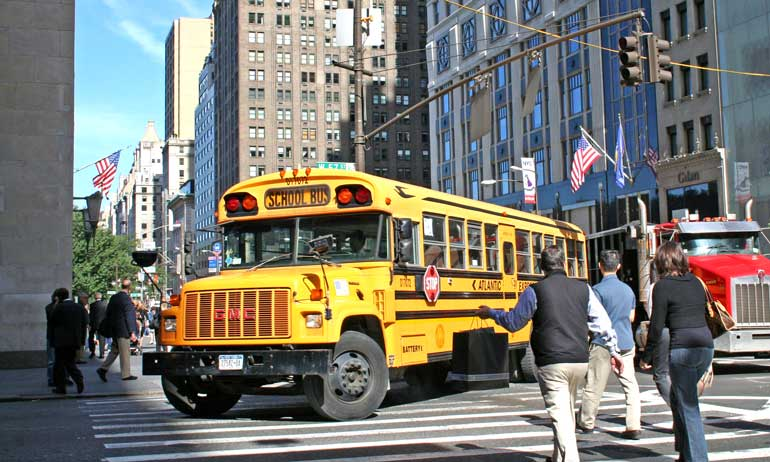 Típico autobús escolar por las calles de Manhattan