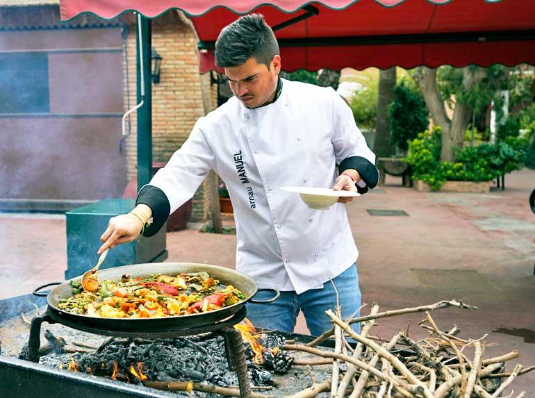 Manuel Arnau, de El Rincón Huertano, preparando un excelente arroz con verduras
