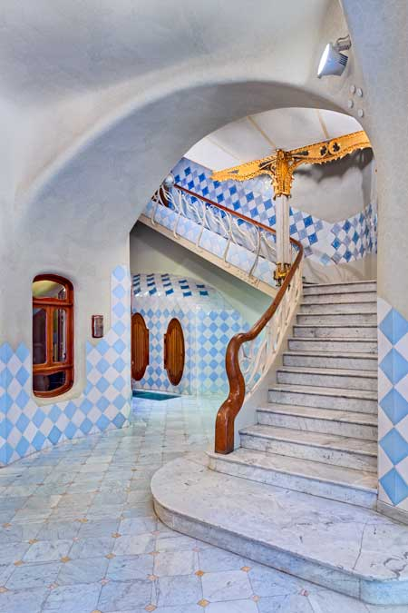 Acceso a la escalera de vecinos de Casa Batlló