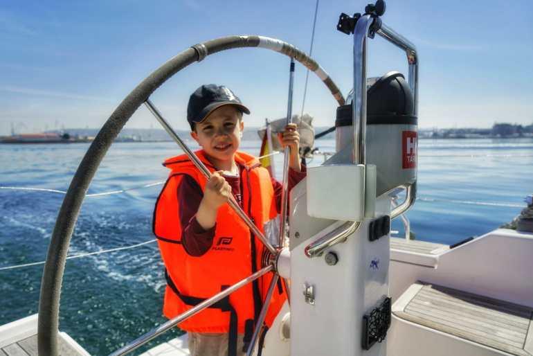 Los niños se lo pasan pipa a los mandos de un barco