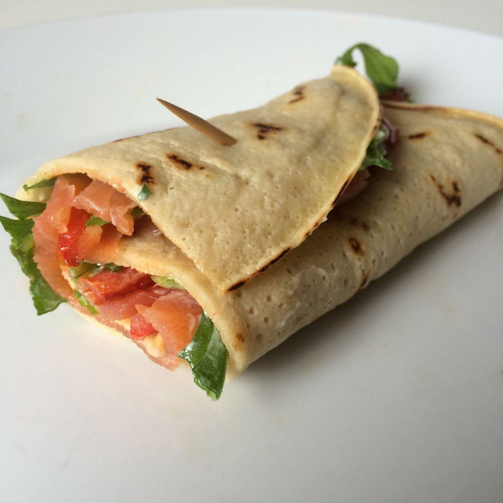 Recept: Glutenvrije wraps met gerookte zalm, rucola en gegrilde paprika