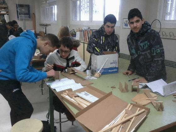 En esta imagen podemos contemplar de izqda. a dcha. a Sergio, Guillermo, Luís y Miguel Ángel, alumnos de 4ºB,   realizando el proyecto del puente.