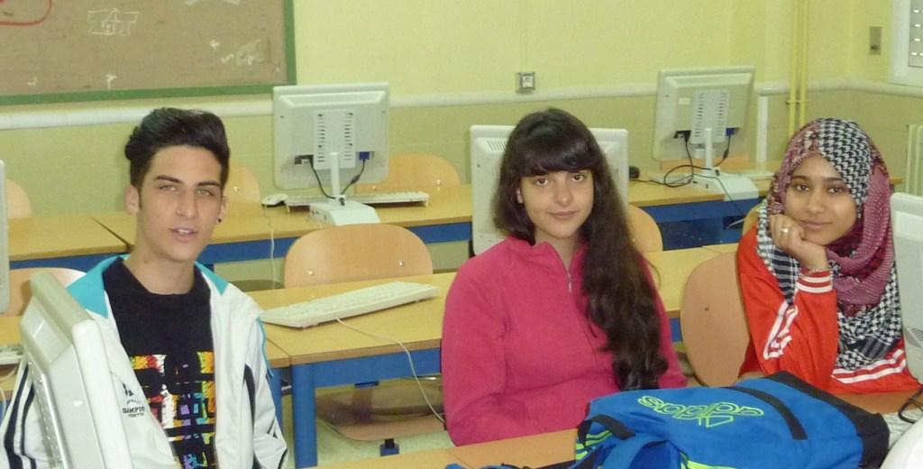 Kevin Ortiz, Sara Ryhany y Fátima El Jellouli en clase de Latín.