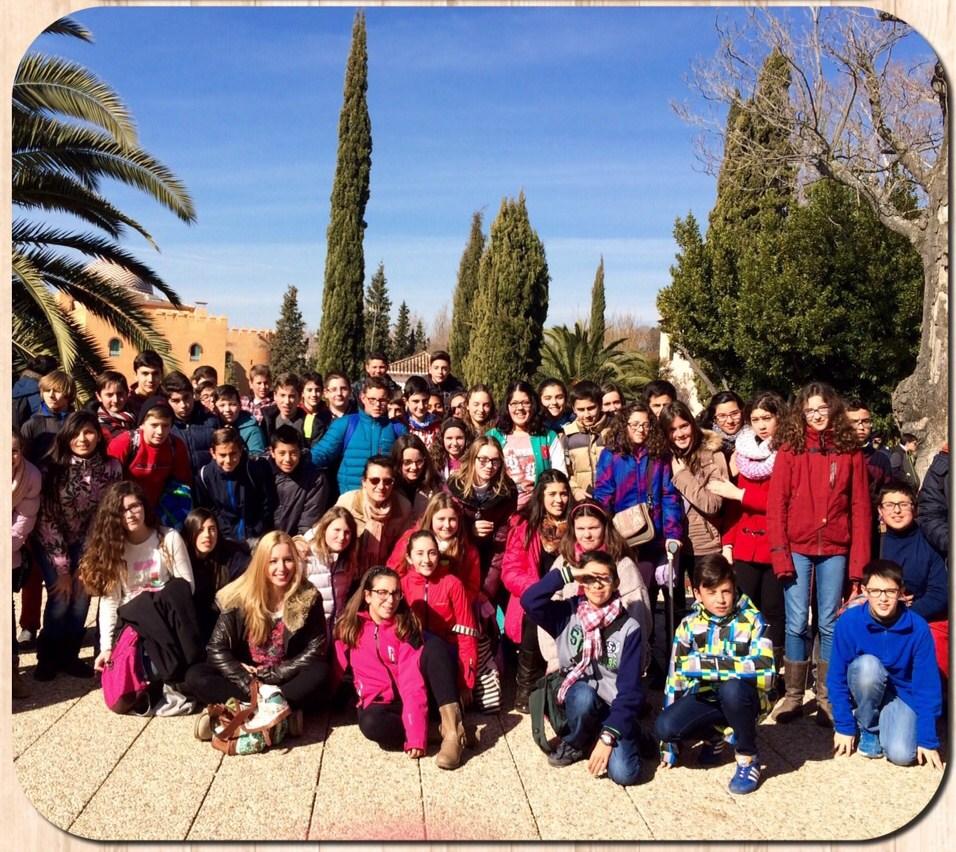 El alumnado del Centro, posando delante del Auditorio Manuel de Falla, de Granada.