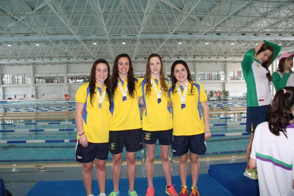 Gloria Posadas Collado, con sus compañeras del C. N. de Churriana, tras la obtención de dos medallas de plata en en relevos de chicas  en 4 x 50 y 4 x 100 estilos.