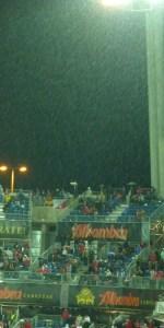 La lluvia vino a sumarse con su húmeda e incómoda tristeza al duelo del resultado al final del partido. PHOTO: Autor del artículo.