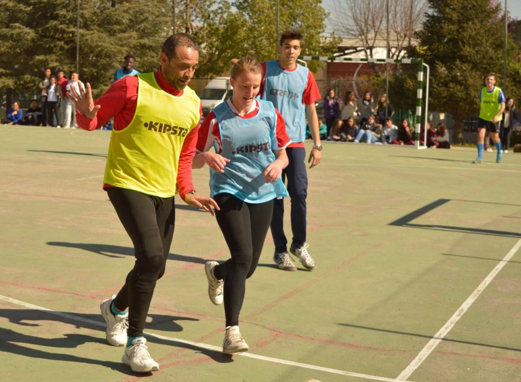 Manuel López López y la alumna Alba Núñez Decourcelle disputando un balón dividido al borde del área del equipo de los alumnos. PHOTO: Pablo Torres.