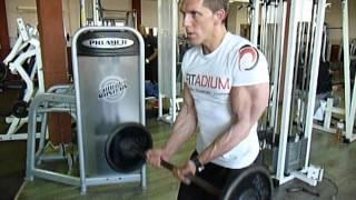 Exercice de musculation des biceps : le curl à la barre prise serrée