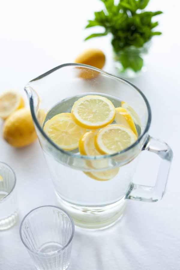 bere più acqua e limone