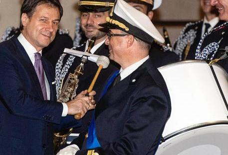 Politica tutte le notizie In questa foto d'archivio Il premier Conte suona il tamburo della Banda della Marina Militare prima dell'incontro con il Primo Ministro Tunisino, Youssef Chaed