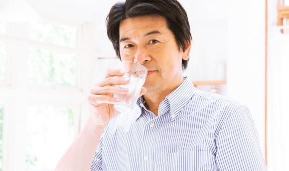 水を飲んでいる男性