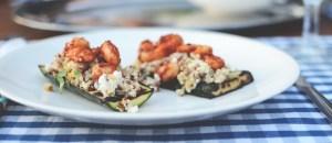 Grillatut kesäkurpitsat kvinoalla ja marinoiduilla pavuilla