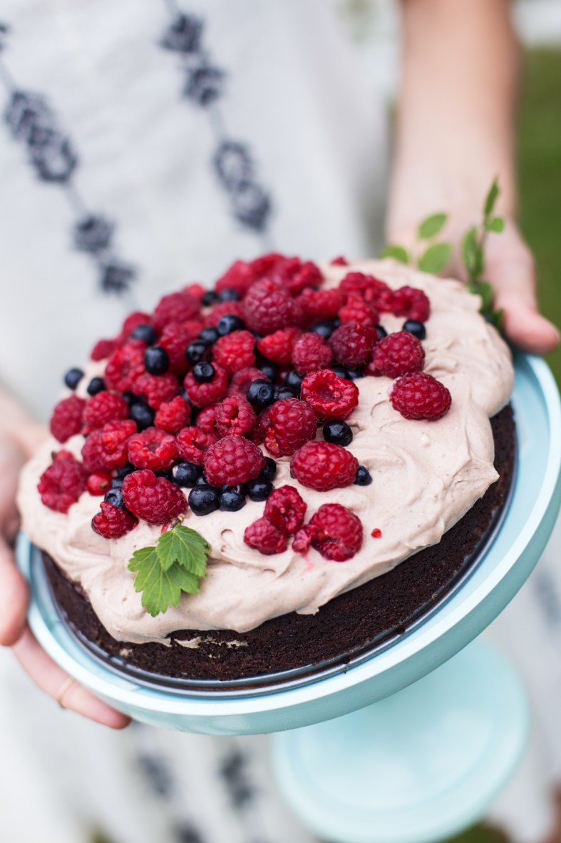 Chocolate Cake w/ Chocolate-Coconut Cream & Berries (gluten, grain & dairy free + naturally sweetened!) | tuulia blog