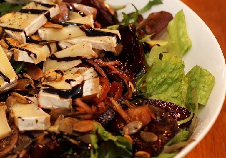 Ahjupeedi-kitsejuustu salat