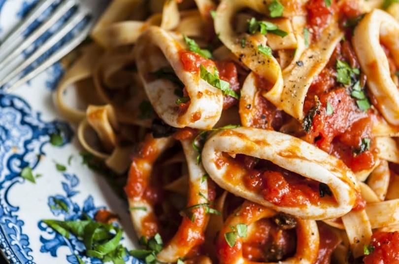 Linguini pasta kalmaarirõngastega vürtsikas Marinara tomatikastmes