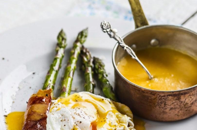 Täiuslik hommikusöök. Spargel, Hollandi kaste ja uputatud muna