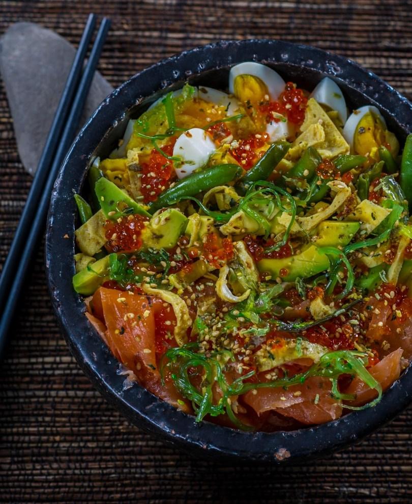 Chirashi ehk laialipillatud sushi lõhe, muna ja avokaadoga