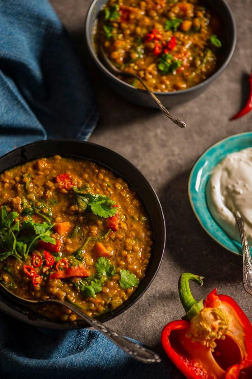 Vürtsikas Maroko läätsekarri bataadi ja paprikaga. Täiesti taimne, mõnusalt soojendav ja kõhtutäitev
